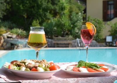 Pranzo al vassoio in giardino con piccolo menù insalate e panini. Little MenuGarden available just for lunch (salads and panini)